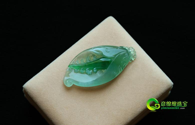 翡翠玉兰花写实的雕刻与富有创意的打磨,显示了玉兰花不同寻常的美.